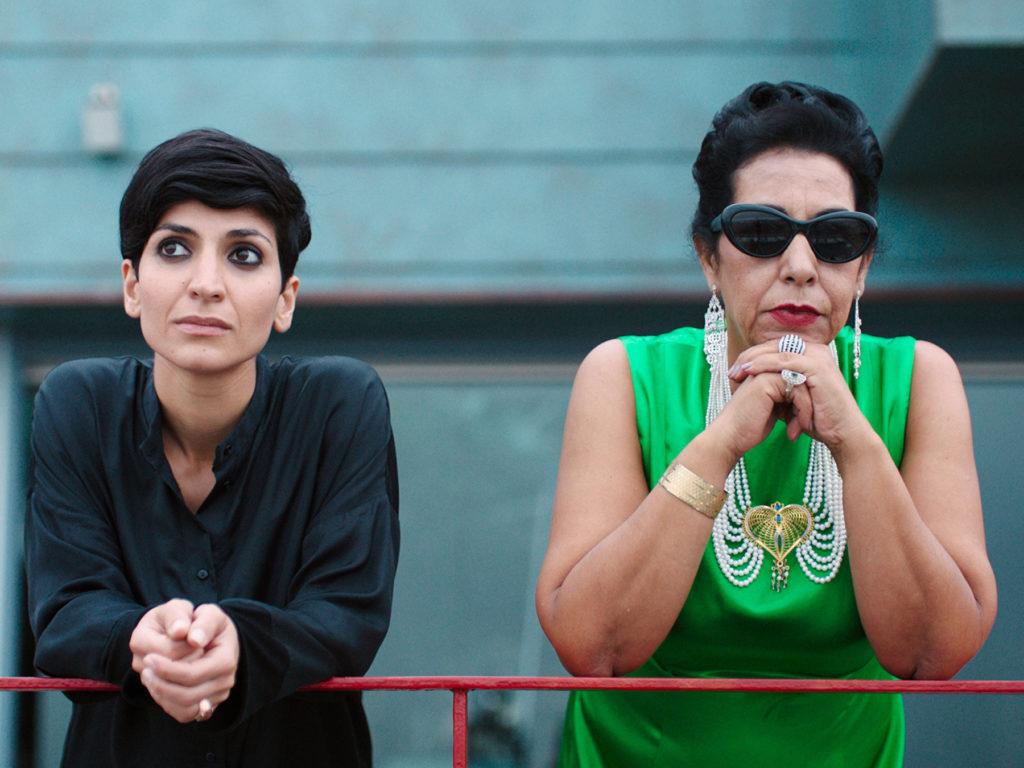 Traumsequenz: Mitra (Neda Rahmanian) steht mit Oum Kulthum (Najia Skalli) am Geländer und schaut auf das Meer ©RazorFilm