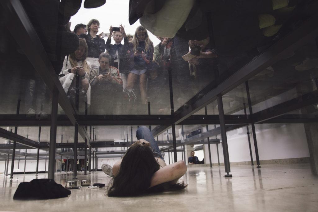 Eliza Douglas in Anne Imhof, Faust, 2017 Deutscher Pavillon, 57. Internationale Kunstausstellung– La Biennale di Venezia © Fotografie: Nadine Fraczkowski Courtesy: Deutscher Pavillon 2017, die Künstlerin